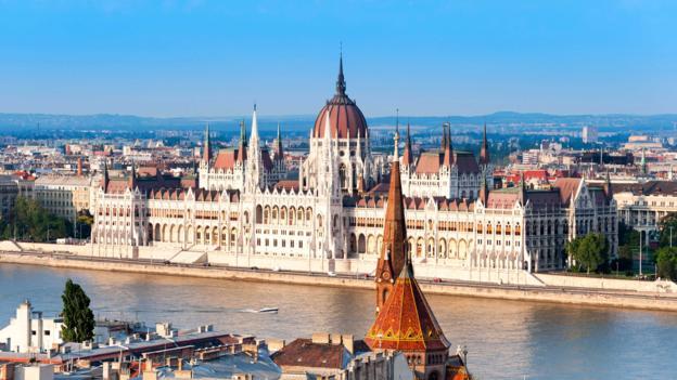 Flygresor och bussresor till Budapest